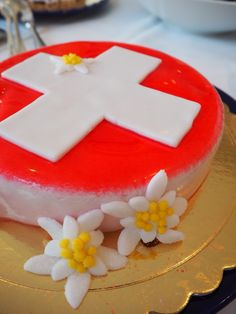 cake swiss flag, edelweiss flowers 4th Birthday Parties, Birthday Cake, Swiss National Day, Swiss Days, Bon Voyage Party, Swiss Flag, Swiss Recipes, Flag Cake, Music Party