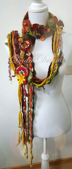 - SOLD - Lange Herfstblad sjaal Flower Garland Fiber Art door DeidreDreams