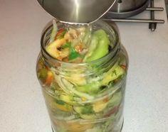 Salată de gogonele, legume și verdeață pentru iarnă! - Sfaturi pentru casă și grădină Pickles, Cucumber, Food, Essen, Meals, Pickle, Yemek, Zucchini, Eten