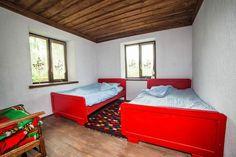 Стая в първата къща. Тези здрави легла са наследство от предишните стопани. Били са с табли, изрисувани с пасторални картинки с лебедчета, и са пребоядисани.