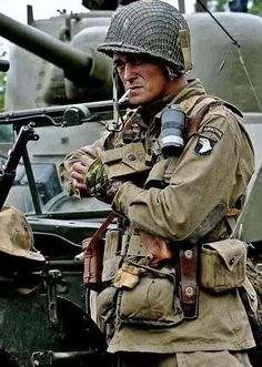 """US Airborne """"Screaming Eagle"""",France Military Photos, Military Art, Military History, Us Army Uniforms, Ww2 Pictures, American Soldiers, World War Ii, Wwii, Paratrooper"""