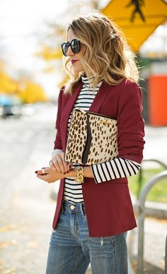 Burgundy blazer over striped turtleneck over denim with leopard clutch Fall Winter Outfits, Autumn Winter Fashion, Casual Chic, Burgundy Blazer, Burgundy Wine, Look Blazer, Dresscode, Striped Turtleneck, Casual Outfits
