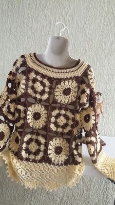 This Pin was discovered by der Crochet Coat, Crochet Jacket, Crochet Cardigan, Crochet Clothes, Crochet Squares, Crochet Granny, Moda Crochet, Hippie Crochet, Crochet Fashion