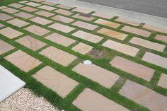 板石敷きと芝生の組み合わせ カーポート・駐車場