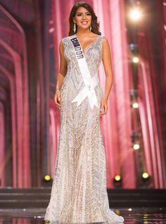 2017- Connie Jiménez, Miss Ecuador- CONNIE JIMÉNEZ, MISS ECUADOR Elegante lució la sudamericana con este vestido transparente con brillos plateados.
