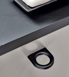 Inspireret af signetringe / geometriske former. De kan med fordel bruges sammen eller alene. Luck 160 mm er hovedsageligt til køkkener og badeværelser. Luck 32 mm er ideel til garderobeskabe, og fungerer begge godt i et kontormiljø. Fra Furnipart