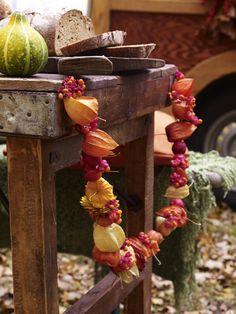 Ob im Garten oder im Haus - diese herbstliche Girlande mit Physalis ist ein wunderschöner Blickfang. Das brauchen Sie: