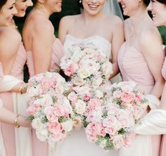 Such pretty colors! Blush pink and white roses as floral bouquets for the bride and the bridesmaids #wedding #blushpink #flowers #bouquet #gardenparty
