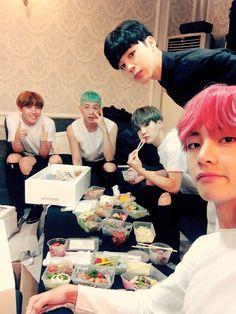 감사합니다!! Thank you!! ❤ The boys eating food from ARMYS before the performance, eat alot!! #BTS #방탄소년단