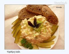 Vajíčkový šalát (fotorecept)  8 - 10 ks vajíčka  1 ks cibuľa  4 ks zemiaky  2 ksuhorky kyslé  pol kávovej lyžičkysoľ  5 polievkových lyžícmajonéza  2 kávové lyžičkycukor práškový  2 KL ocot  2 PL olej stolový  1 PL horčica plnotučná  3 PL smotana kyslá  2 PL omáčka worcesterská Do majonézy pridáme,kyslú smotanu, ocot,soľ,horčicu,stolový olej,cukor,worcesterskú omáčku.Všetko dobre zamiešame a vylejeme na cibuľku,uhorky,zemiaky a vajíčka.
