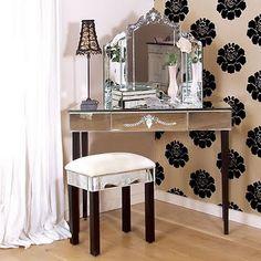Que les parece esta pared de una recamara con Flores negras en una de las paredes. WOW Espectacualr como hace resaltar cualquier otra cosa alrrededor!