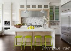 Apple-green and turquoise accessories offset the clean scheme in this Hamptons kitchen. - Photo: Werner Straube / Design: Gary Ciuffo