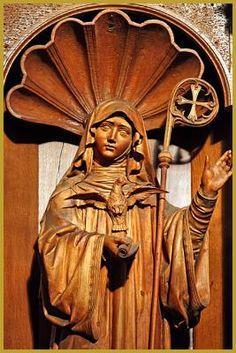 Photo de Sainte Scolastique avec la colombe et la sainte règle, sur une stalle de l'avant-choeur de l'église abbatiale Saint-Maurice d'Ebersmunster. Photos de l'abbaye Saint-Maurice d'Ebersmunster.
