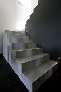 Resina materica decorata con pavimento e parete definitiva.