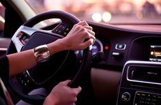 Cara berkendara mobil hemat BBM, salah satunya dengan mengatur perputaran mesin dengan mengubah gear di waktu yang tepat.