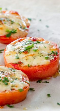 Tomato Recipes Baked Parmesan Tomatoes - Baked Parmesan Tomatoes – super simple appetizer and a fun way to eat your tomatoes! Magic happens when you pair together tomatoes and Parmesan cheese Side Dish Recipes, Vegetable Recipes, Vegetarian Recipes, Cooking Recipes, Healthy Recipes, Diabetic Recipes, Vegetarian Diets, Hcg Recipes, Low Carb Side Dishes