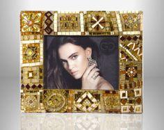 Cornice Bronzo e Oro bombata in mosaico contemporaneo in vetro e murrine in stile Patchwork.  ho realizzato questa cornice tagliando migliaia di piccole