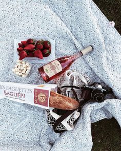 the perfect summer picnic Picnic Set, Picnic Time, Summer Picnic, Picnic Ideas, Beach Picnic, Crepes Party, Sweet 16, Nutella, Festa Party