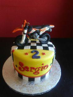 Tarta motocicleta KTM, moto. Bizcocho naranja relleno de ganache de chocolate. Cobertura, detalles y moto en fondant.