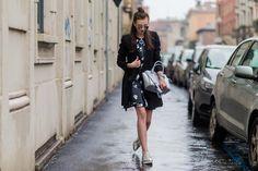 Haz brillar un look en negro gracias a los accesorios metalizados. Con un femenino vestido mini, nada como unos mocasines masculinos plateados. ¡Perfecto!    - AR-Revista.com