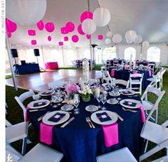 « La boule de fleur rose et creme est toujours aussi chics pour un mariage tendance: que ce soit pour une décoration de cérémonie bleu marine et rose ou pour une cérémonie rose, ou blan…