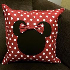 Almofada Minnie mouse, confeccionada por mim Kids Pillows, Throw Pillows, Minnie Mouse Toys, Sewing Crafts, Sewing Projects, Cute Bedding, Bedroom Crafts, Diy Back To School, Cat Pillow