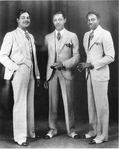 The Blue Devils were a Kansas city jazz band in the and and above we have a photograph from 1932 of the saxophone section (Theo Ross and Buster Smith) welcoming their newest member, Lest… Sharp Dressed Man, Well Dressed, 1920 Men, Vintage Outfits, Vintage Fashion, Fashion 1920s, Roaring 20s Mens Fashion, Harlem Renaissance Fashion, Vintage Beauty