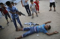 Em 2014, a Palestina teve um verão de guerra: uma treta que começou com o sequestro seguido de morte de dois jovens Israelenses. O Hamas foi acusado do crime. Prisões, mais mortes, muitas pedras e o início de mais uma ofensiva de Israel.