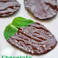 Incredibly fresh tasting and oh so pretty, chocolate covered mint leaves make a natural, very healthy, delicious dessert. Healthy Food Blogs, Healthy Desserts, Just Desserts, Delicious Desserts, Dessert Recipes, Yummy Food, Healthy Recipes, Healthy Fats, Tasty