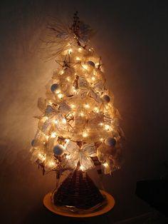 A estrutura desta árvore foi feita com galhos por uma tribo indígena. Os internautas Gabriel Horbach e Claudia Bitelo cuidaram dos adereços, com bolinhas, laços e estrelas. A iluminação dá o toque final.