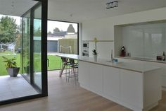 keuken harmonieus contrast staal zwart wit overdekt terras hoekschuifraam hvh-architecten