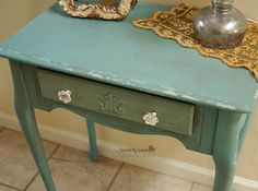 Chalk paint had can adhere to practically any surface without stripping, sanding, and priming. Distressing with chalk paint can create beautiful furniture. Distressing Chalk Paint, Distressed Furniture Painting, Chalk Paint Furniture, Diy Furniture Projects, Painted Furniture, Antique Furniture, Furniture Websites, Furniture Makeover, Wood Projects