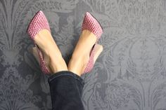 Cobra, sustainable high heels with 100% ecological leather and heel made from 100% wood. Cobra scale type pattern. Available in black and red colors. Feel chic, feel sustainable!
