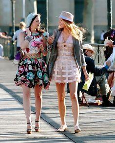 From Blair Waldorf's preppy, posh look to Jenny Humphrey's rocker chick evolution, we chart Gossip Girl's best fashion moments. Gossip Girls, Mode Gossip Girl, Estilo Gossip Girl, Gossip Girl Outfits, Gossip Girl Fashion, Gossip Girl Style, Blake Lively Gossip Girl, Gossip Girl Clothes, Gossip Girl Jenny