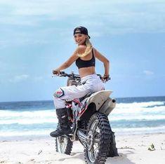 Beach day done well 😜 Scooter Motorcycle, Motorbike Girl, Lady Biker, Biker Girl, Motorbikes Women, Motocross Girls, Dirt Bike Girl, Hot Bikes, Dirtbikes