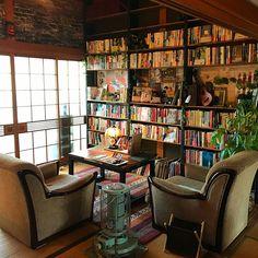 Pin on 本棚 Home Room Design, House Design, Room Interior, Interior Design Living Room, Home Libraries, Japanese Interior, Cabin Interiors, Condo Living, Beautiful Living Rooms