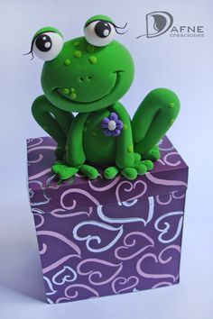 RANA SOBRE CAJA_02 Dance Cakes, Frog Cakes, Fondant Animals, Fabric Animals, Cute Frogs, Clay Figurine, Frog And Toad, Miniature Crafts, Pasta Flexible