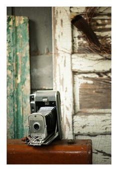 Items similar to Vintage Polaroid Camera on Suitcase - Fine Art Velvet Giclee Print (Made to Order) on Etsy Vintage Polaroid Camera, Vintage Cameras, Polaroid Cameras, Instax Camera, Fujifilm Instax, Photographs And Memories, Old Cameras, Polaroid Pictures, Vintage Love