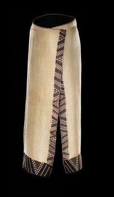 Ruhia Pōrutu's kaitaka paepaeroa (fine flax cloak with vertical weft rows and tāniko borders. Flax Weaving, Weaving Art, Weaving Patterns, Finger Weaving, Maori People, Maori Designs, Nz Art, Maori Art, Pleated Fabric