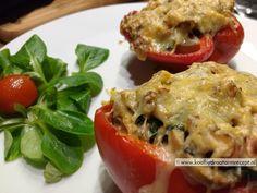 Gevulde paprika met spinazie, veel champignons, licht pittige geitenkaas, walnoot, tijm en een snuf nootmuskaat, smaken die elkaar allemaal goed aanvullen.