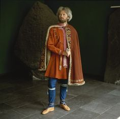 Mimicking Mammenfyrstens suit. The dead had worn pants, a knee-length or slightly shorter coat and a cloak. The material was wool with partly gold and sølvindvirkede details of silk. The jacket was embroidered and lined with fur of marmots