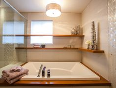 étagère d'angle dans une salle de bain au dessus de la baignoire / corner shelves above bathtub