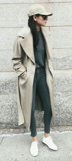 Basket toile/blanche, jeans gris,tee-shirt gris, veste cuivre