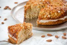Bienenstich - German honey and almond cake (filled with vanilla custard) Custard Cake, Vanilla Custard, Peppermint Meringues, Meringue Kisses, Honey Cake, Almond Cakes, Dessert Recipes, Desserts, Banana Bread