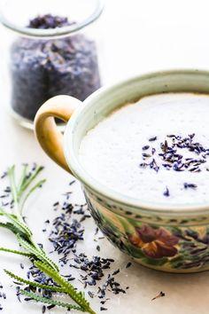 Vanilla Lavender Latte Vanilla lavender latte with fresh lavender sprig Related posts: London Fog Drinking Hot Water Benefits – 15 Amazing List – You Should Know ! Lavendar Latte, Lavender Latte Recipe, Lavender Drink, Lavender Recipes, Lavender Buds, Growing Lavender, Usa Food, Yummy Drinks, Yummy Food