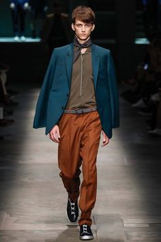 See all the Collection photos from Ermenegildo Zegna Spring/Summer 2015 Menswear now on British Vogue Vogue Paris, Men Fashion Show, Mens Fashion, Handsome Arab Men, Latest Design Trends, Blue Suede Shoes, How To Look Handsome, Models, Spring Summer 2015