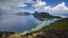 https://flic.kr/p/ecH8PC | View from the peak of Bohey Dulang Island | Malaysia - Borneo - When I visited Borneo and Seporna recently, one of my wishes was to visit the island of Bohey Dulang. This island is located 23 km northwest of Semporna in the Sulu sea, within the Tun Sakaran Marine Park. Bohey Dulang is of volcanic origin and is mostly mountainous. The island is surrounded by a coral reef and crystal clear seawaters. On the western side of the island there is a jetty which leads to…