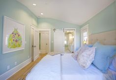 Murs turquoise clair et boiseries blanches (House of Turquoise)