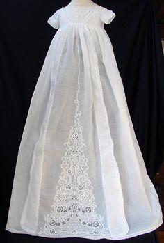 Prosta sukienka ze wstawna na szydelku albo z koronki 19th C. Ayrshire Christening Gown MARIA NIFOROS FINE ANTIQUE LACE, LINENS, & TEXTILES