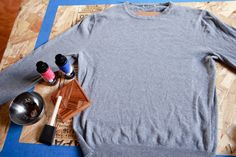 tangram sweater DIY using Inkodye Arts And Crafts Projects, Fun Crafts, Diy Clothes Hacks, Shoe Refashion, Diy Ombre, Recycled T Shirts, Cute Diys, Cute Sweaters, Diy Clothing